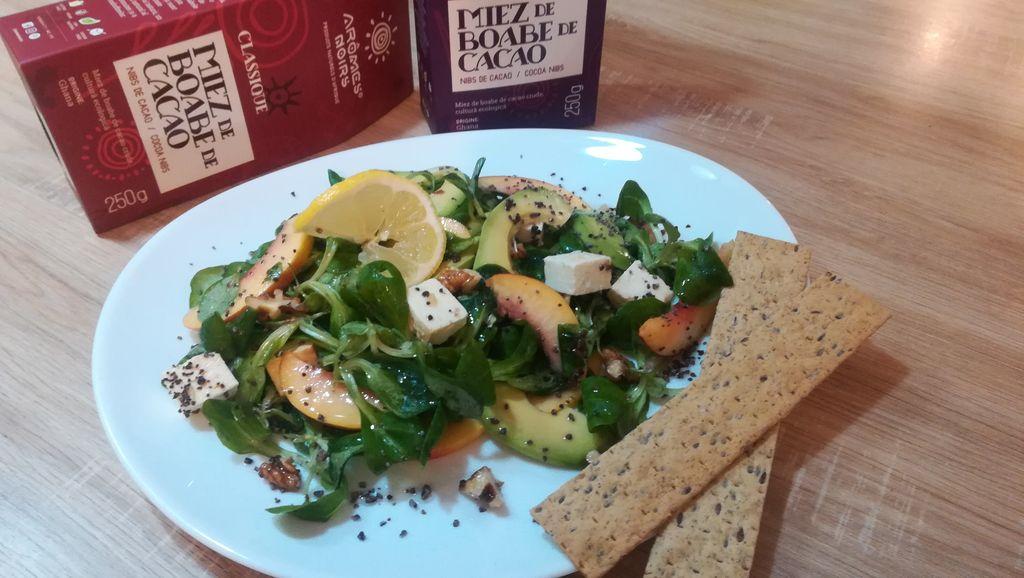 Salată cu avocado și miez din boabe de cacao