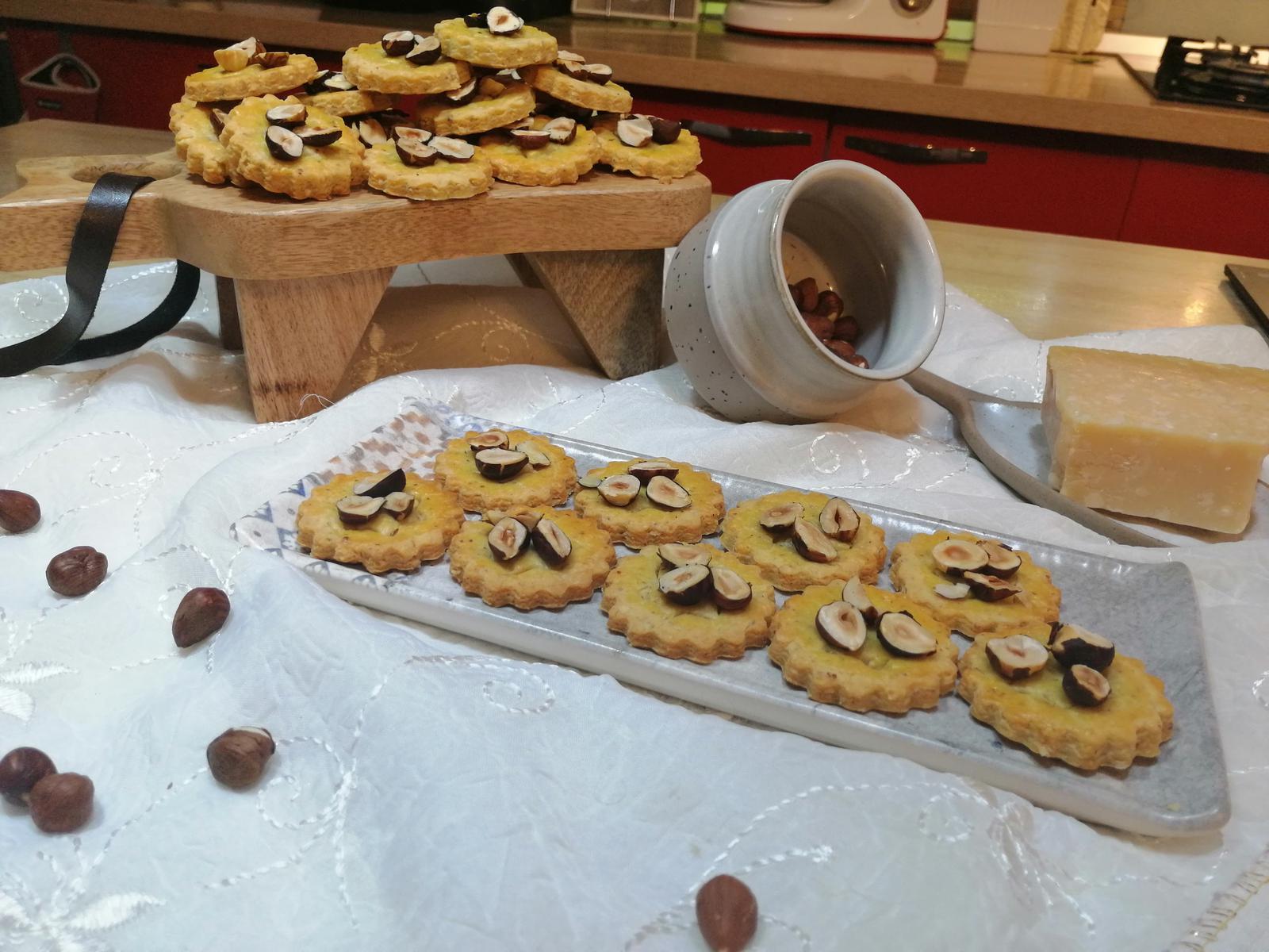 Biscuiți sărati cu alune de pădure și parmezan
